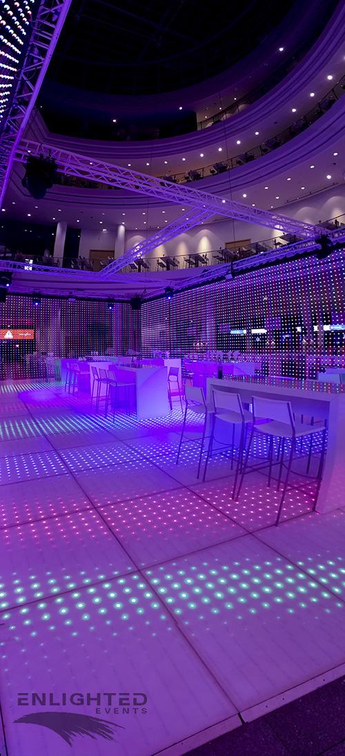 LED dansvloer met wit meubilair er op